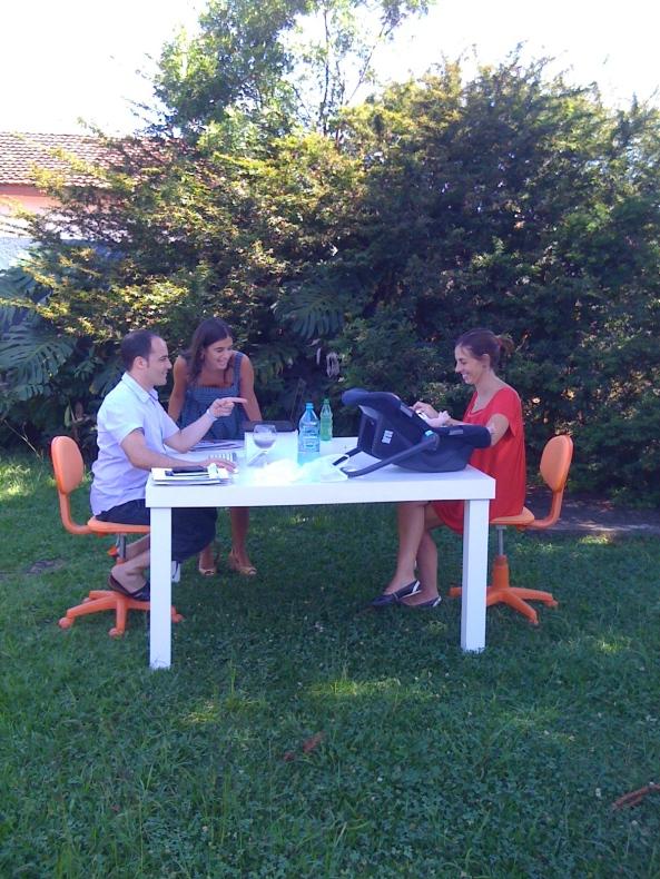 Aproveitamos nossa grama para trazer a mesa de trabalho para fora.
