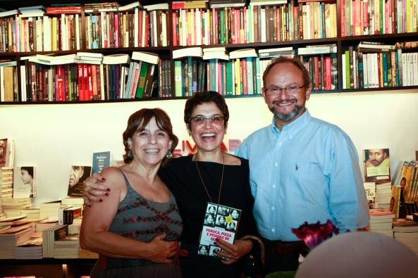 A autora Ivani Rossi com os jornalistas Sandra Annenberg e Ernesto Paglia.