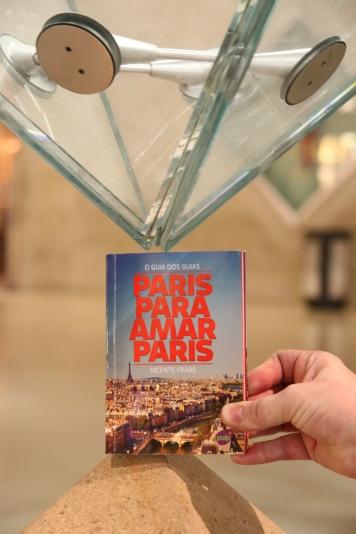 Guia Paris em estilo Código DaVinci, na pontinha da pirâmide invertida do Museu do Louvre