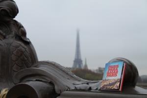 Na ponte Alexandre III, com a Torre Eiffel no fundo. Pena que o dia estava nublado!