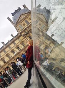 Didi Wagner fotografada por VuThéara na Pirâmide do Louvre, em Paris
