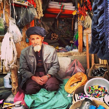 Vendedor no bazaar da fronteira entre o Afeganistão e o Tajiquistão.