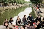 Faça como os jovens parisienses e prepare um pique-nique gourmet no Canal Saint-Martin.