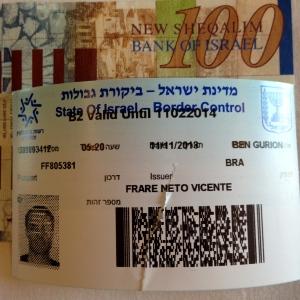 Guarde com você esse papelzinho dado na entrada, que substitui o carimbo do passaporte e é recolhido na saída
