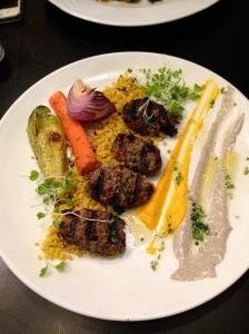 Kebabs deliciosos e suculentos da grelha do Herzl