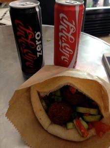Sanduíche de falafel com Coca em Mea Shearim