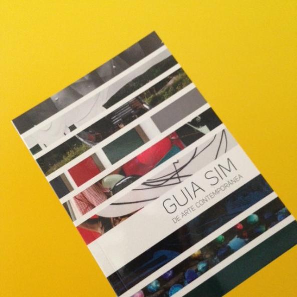 Guia SIM de Arte Contemporânea cabe no bolso, para poder te acompanhar facilmente em viagens mundo afora.