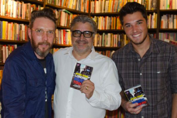 Herchcovitch com o caça-talentos Sergio Mattos e o modelo Weder William